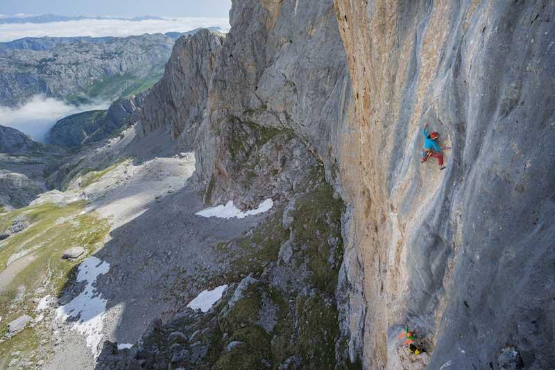 Cédric LACHAT and Nina CAPREZ climb Orbayu,Naranjo de Builnes, Picos de Europa, Spain.
